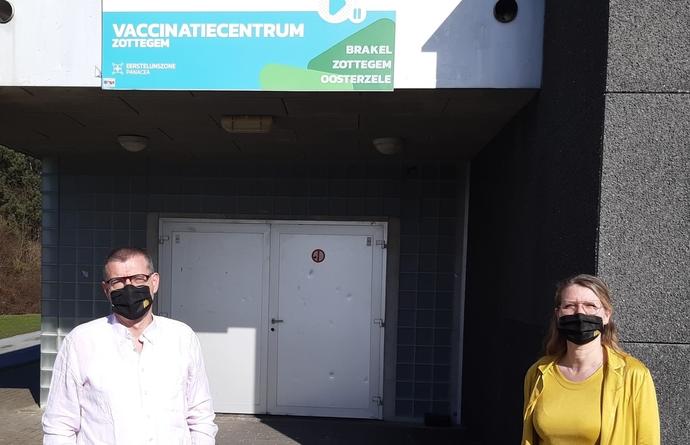 Peter Lagaert en Cynthia Van den Steen bij vaccinatiecentrum